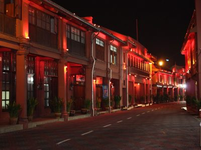 1024px-Dutch_Red_Quarter_at_night_in_Malacca