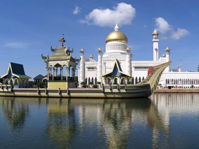 """Sultan_Omar_Ali_Saifuddin_Mosque_with_the_ceremonial_ship_at_the_front"""